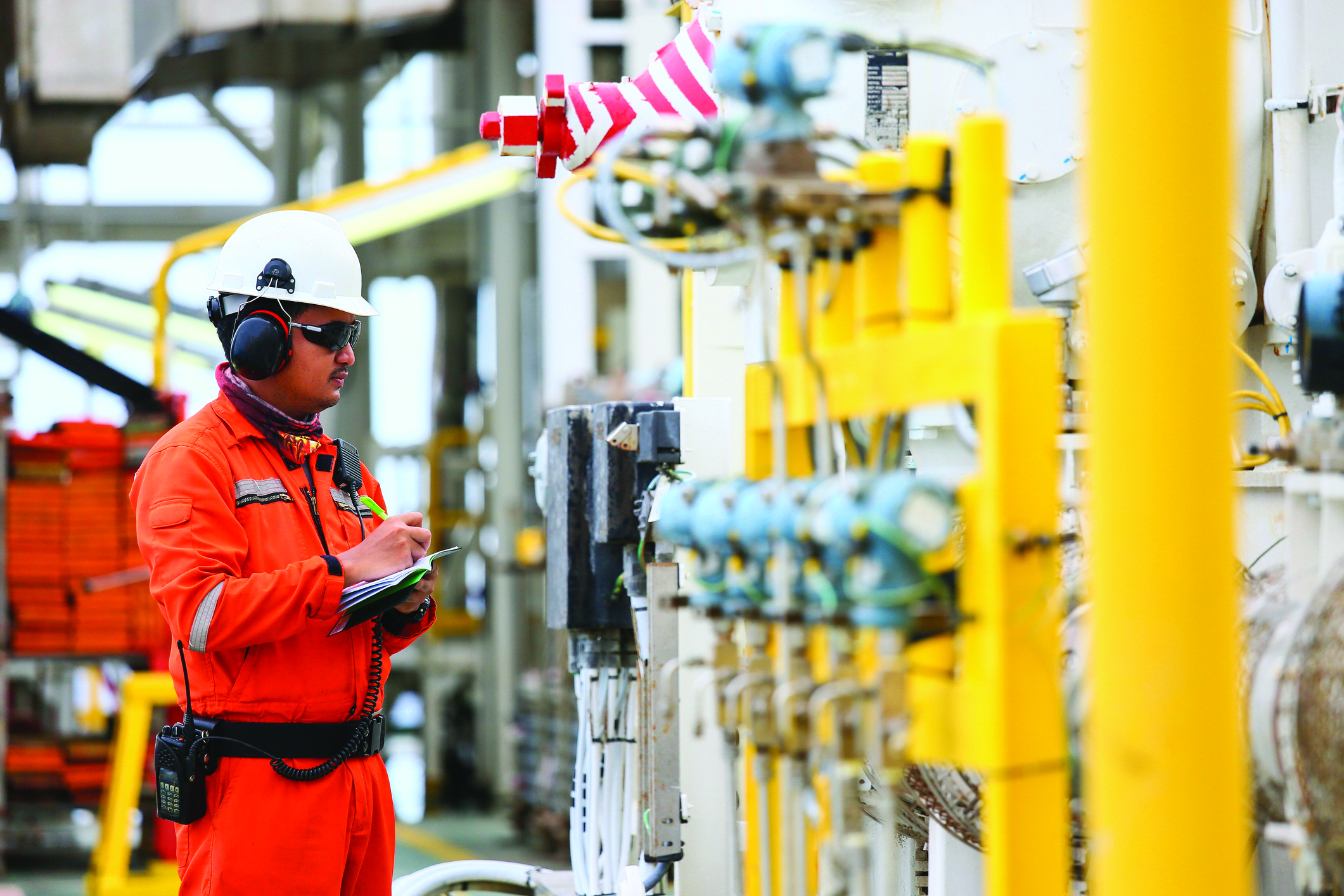 TW0521_oil-and-gas-worker.jpg