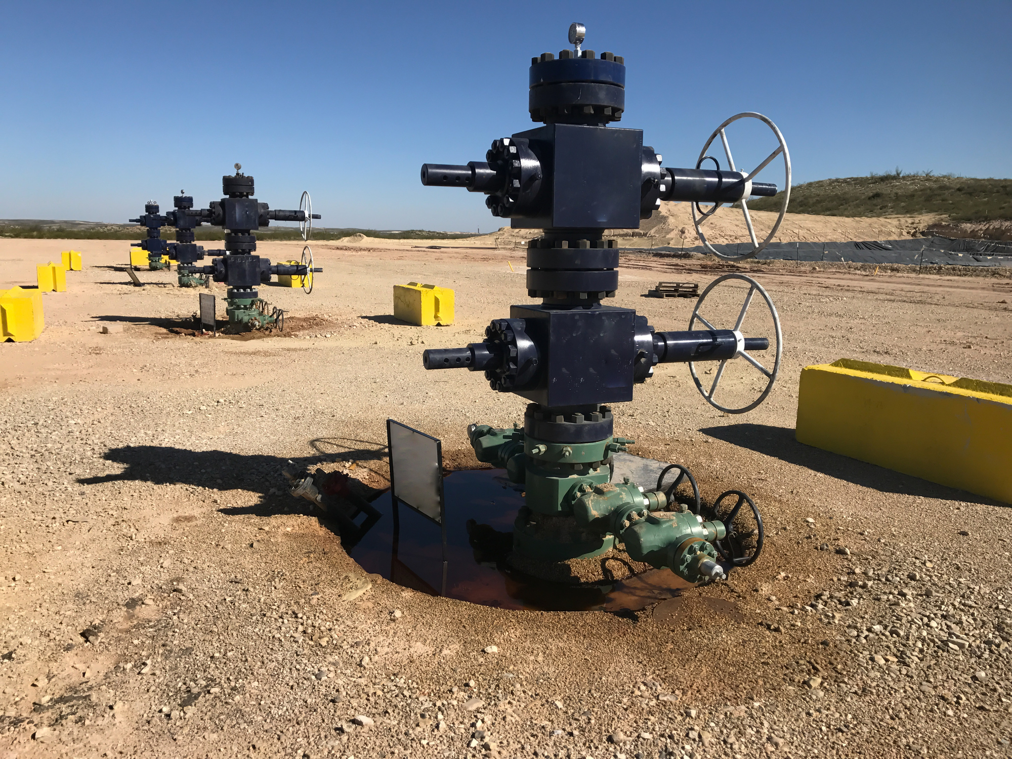 TW0921_oil-wellheads-shale-field.jpg